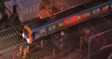 Tài xế may mắn thoát chết khi xe lửa đụng xe van ở Spotswood