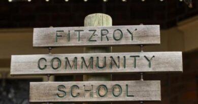 Hiệu trưởng bảo vệ cho phép học sinh đến trường khi phong tỏa; 33 trường hợp được xác nhận