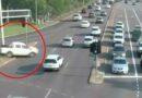 VIDEO: 'Cực kỳ may mắn' khi chiếc xe ute tăng tốc 'bay' qua 7 làn xe cộ mà không bị tổn hại gì ở NT