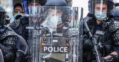 'KHÔNG ĐƯỢC VÀO': Dừng phương tiện giao thông công cộng để ngăn chặn biểu tình chống phong tỏa