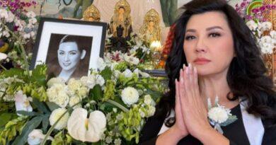 Ca sĩ Trizzie Phương Trinh thay mặt gia đình phát biểu tại tang lễ, òa khóc khi tuyên bố