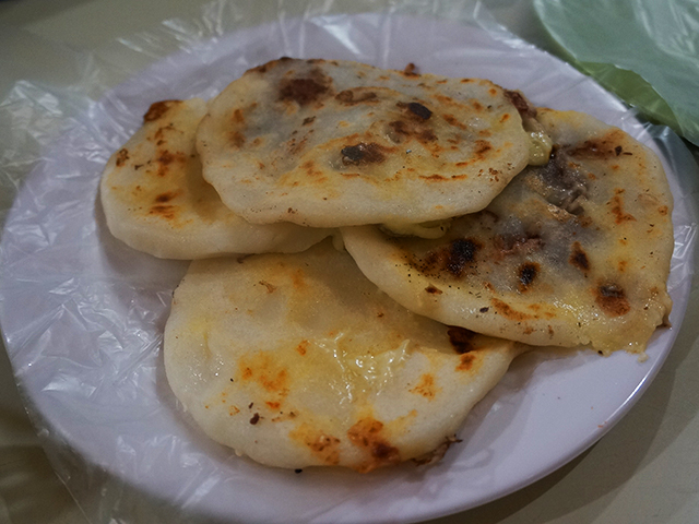 what to see in el salvador on a layover- eat pupusas