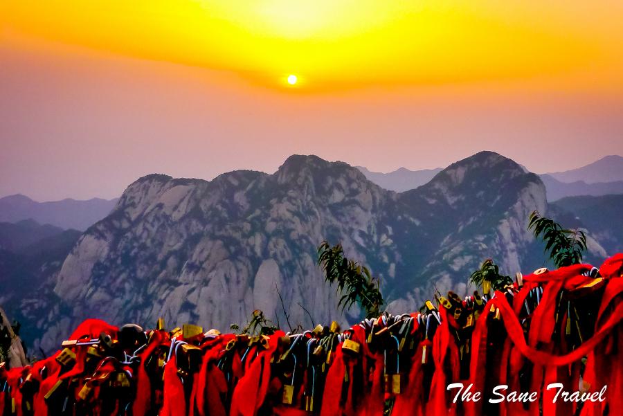 solo-travel-in-china-sunrise-Huashan-mountains-China