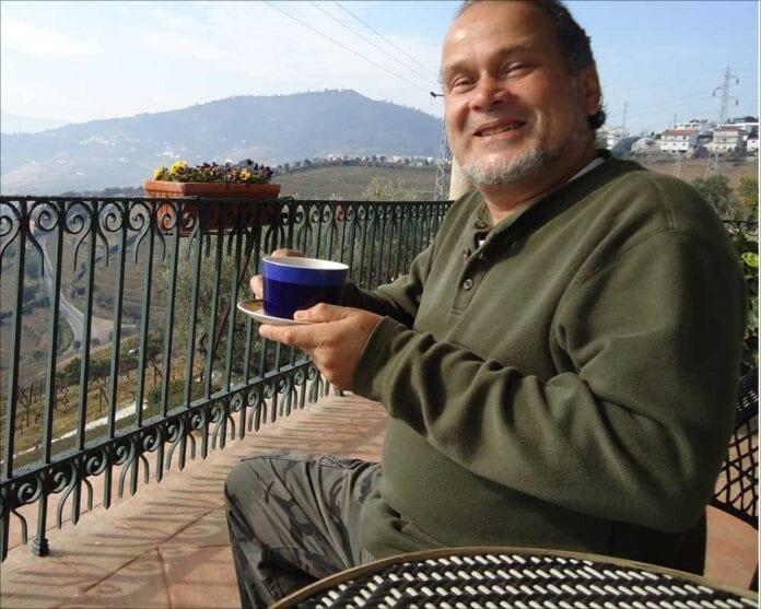 Brazilian jazz ketboarsist Marcos Ariel holding coffee cup