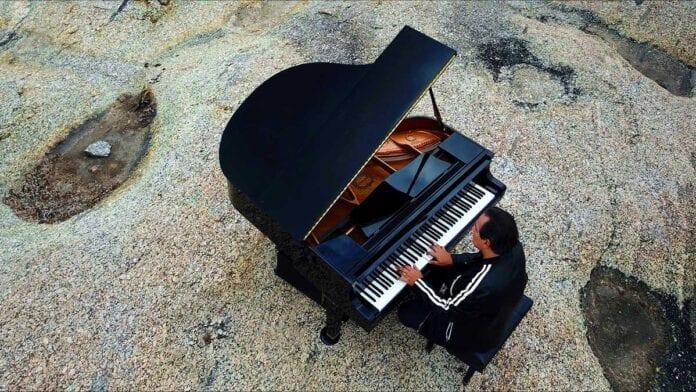 Brazilian pianist Ricardo Bacelar performing outdoors