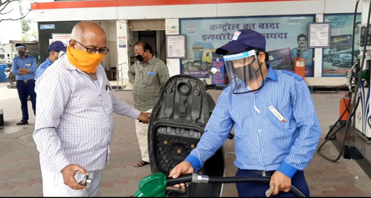 आर्थिक मंदी में पैट्रोल डीजल की मार, बढे पैसों से लोग नाराज