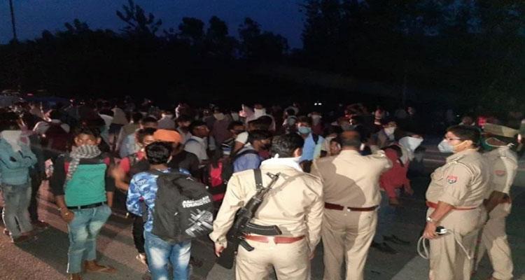 पुलिस की सख्ती के बावजूद टेपों से रात में प्रवासी मजदूर जा रहे हैं अपने घर