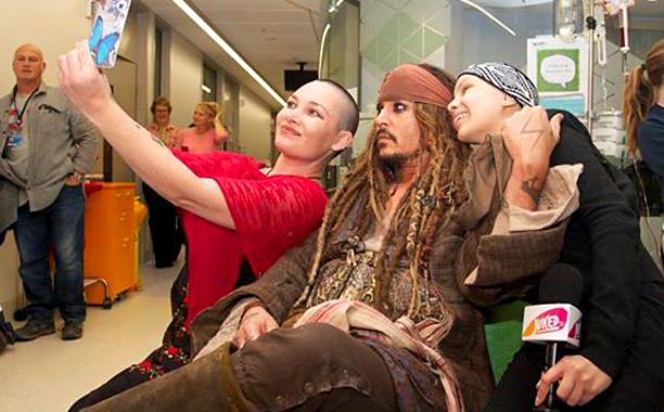 Johnny Depp Visited A Children's Hospital Dressed As Captain Jack Sparrow And Our Hearts Are Exploding From Happiness!