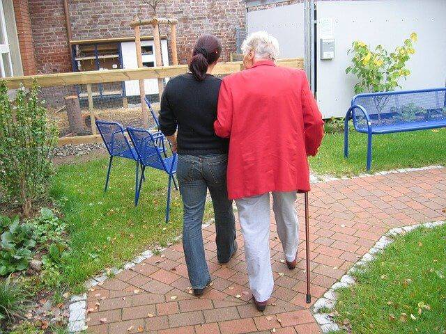 How to Re-Connect with Family & Friends in Senior Care Homes – 4 Easy Steps