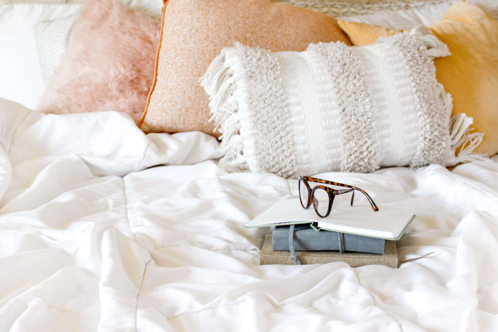 Here's a list of 10 GOOD books that you can read in one day, plus a free reading log for my fellow list-loving bookworms who would like to keep track of books that they read!