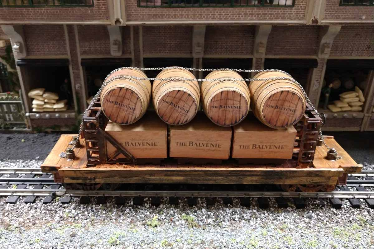 deadhead railways - model trains - weathered barrels and boxes on weathered train