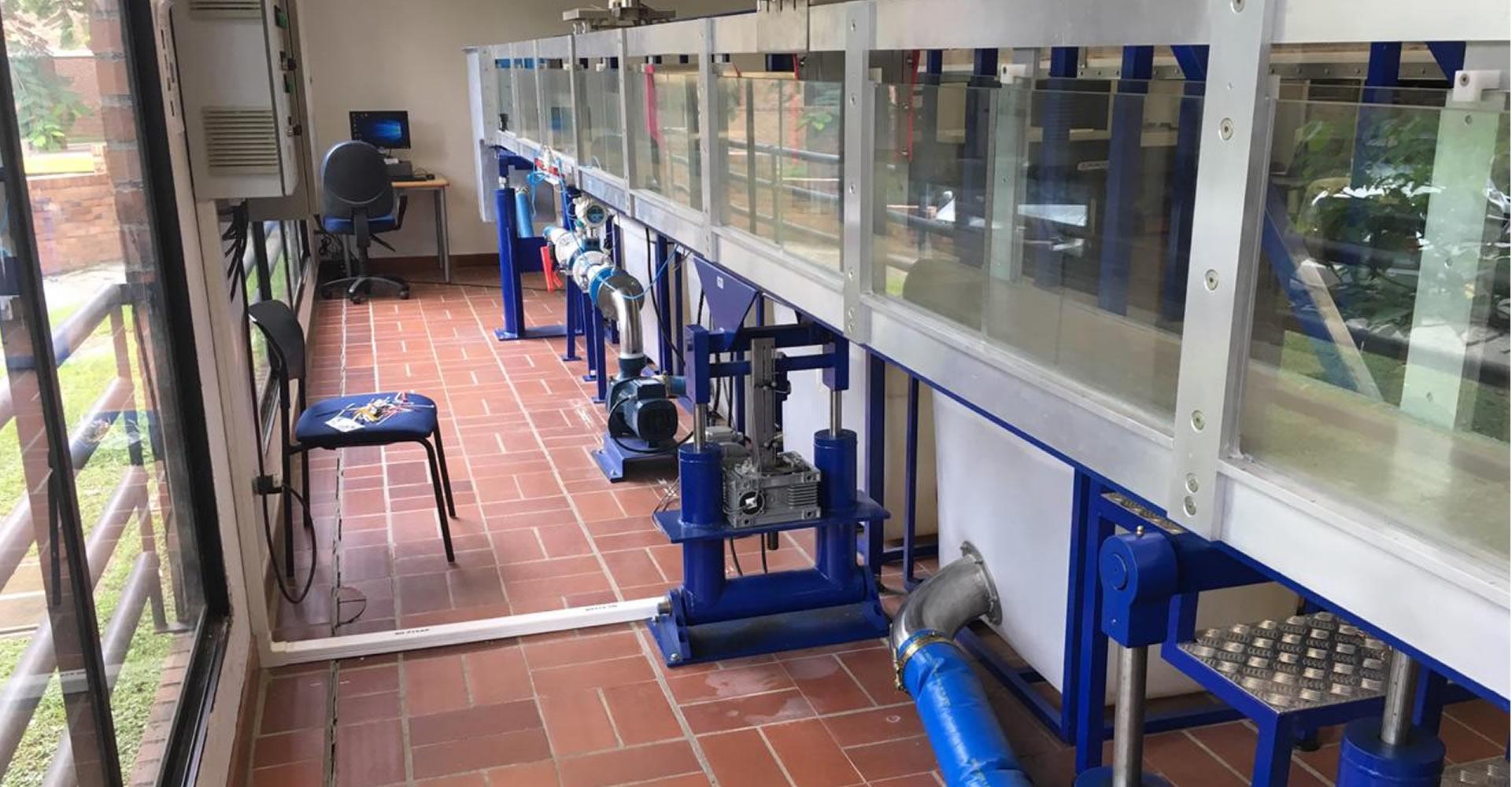 Bancos de hidráulica para la Universidad JaverianaBanco de flujo libre y flujo a presión para el laboratorio de hidráulica de la Universidad Javeriana. Diseñados para observar los fenomenos fisicos e hidráulicos en experimentos didácticos.