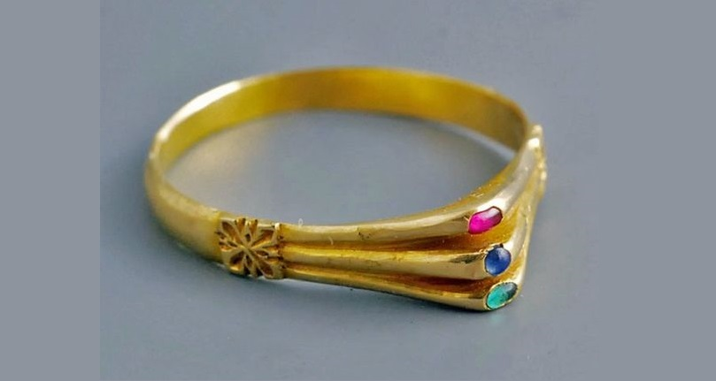 Medieval gold ring with triple kitten. 13th century.