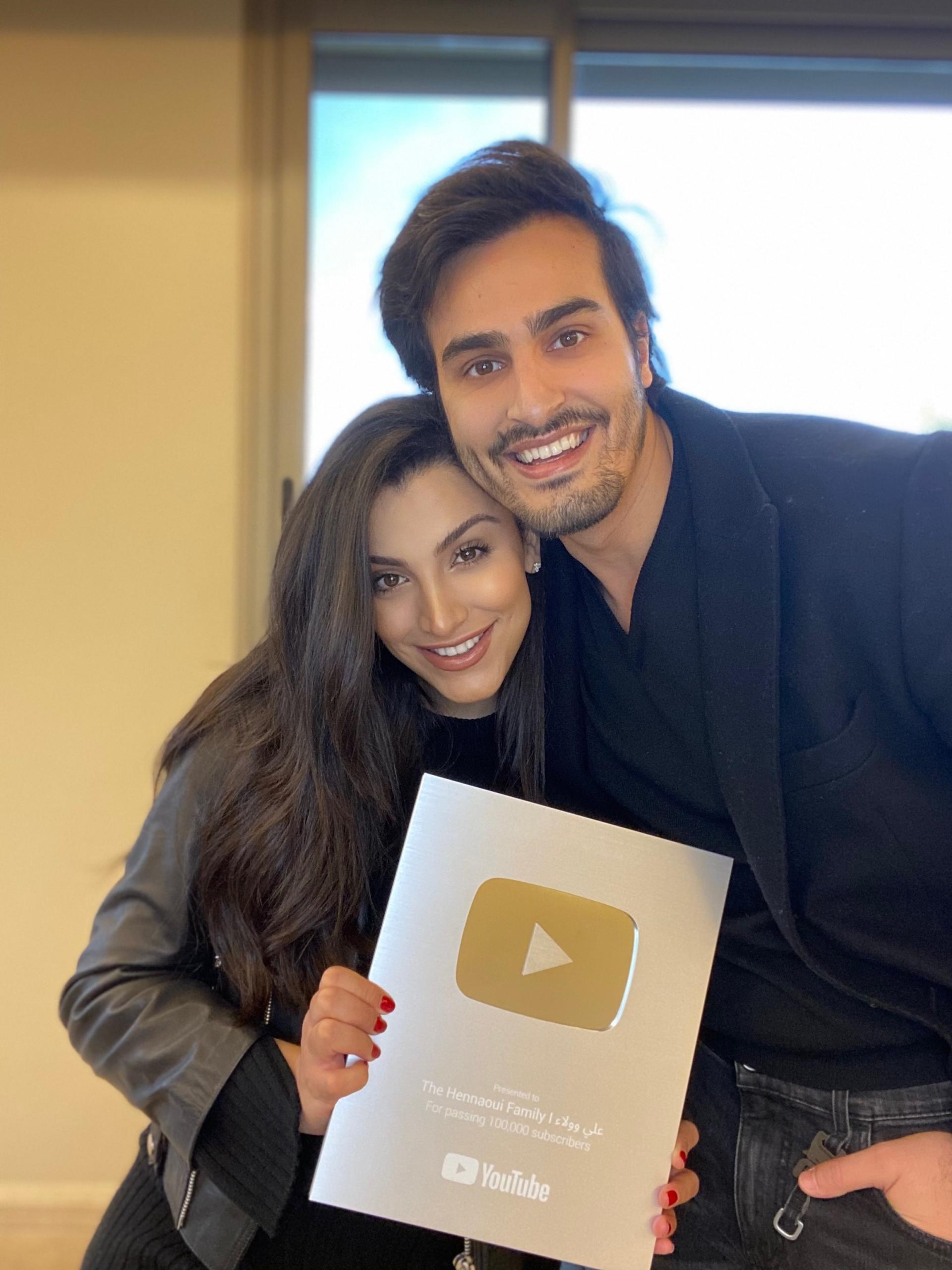 عائلة الحناوي تستلم درع يوتيوب الفضي!