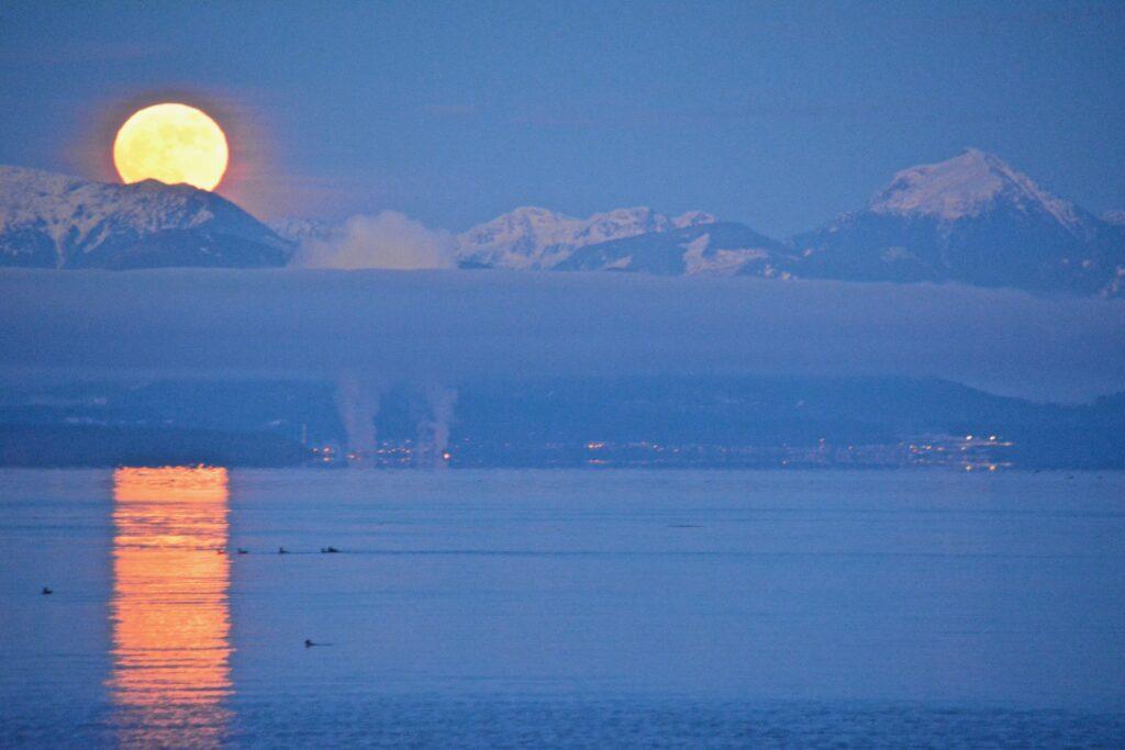 Full moon Over Powell River
