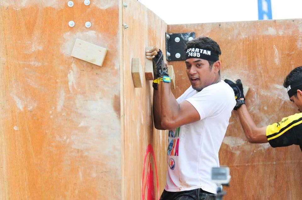 Khairy Jamaludin traversing the walls with only hand holds and footholds. Photo from Spartan Race MY