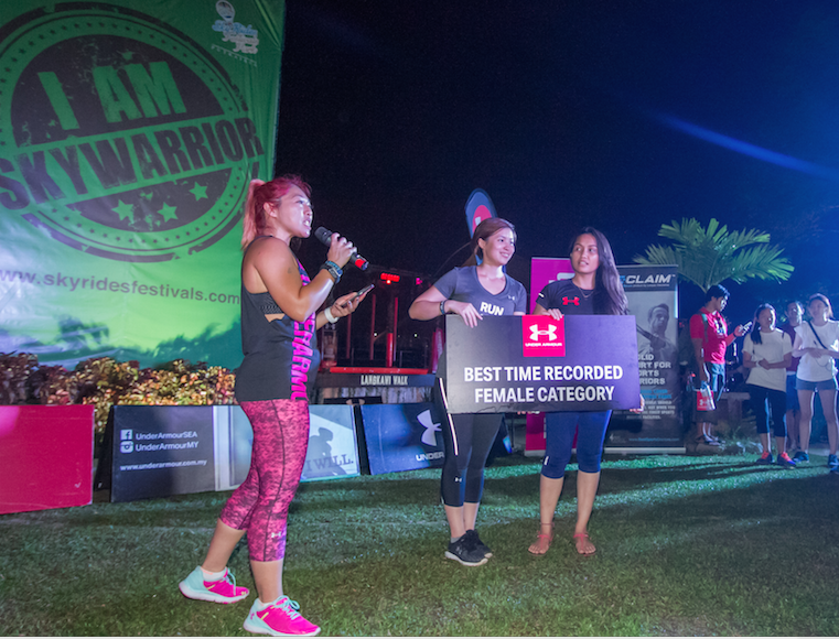 Proving that brawns and beauty do go together, Sarah (far right) from Fuel Athletics made the ladies proud by being the only female who made it to the top!