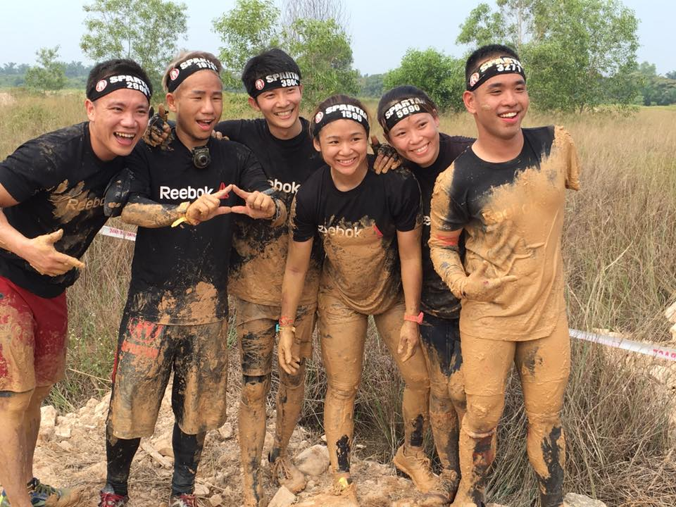 One-armed Spartan, CK Loh (left) with his Reebok teammates. (Spartan Race Malaysia)
