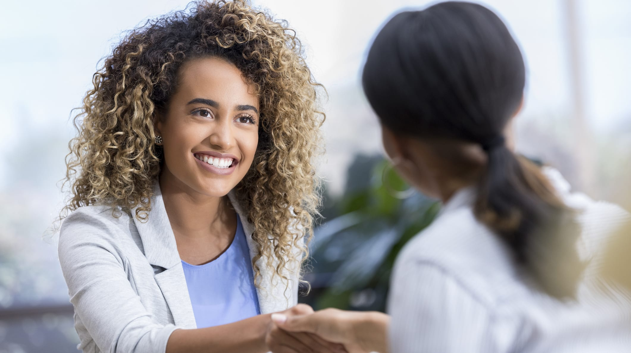 Medical Device Selling: Salesperson shaking hands with a doctor