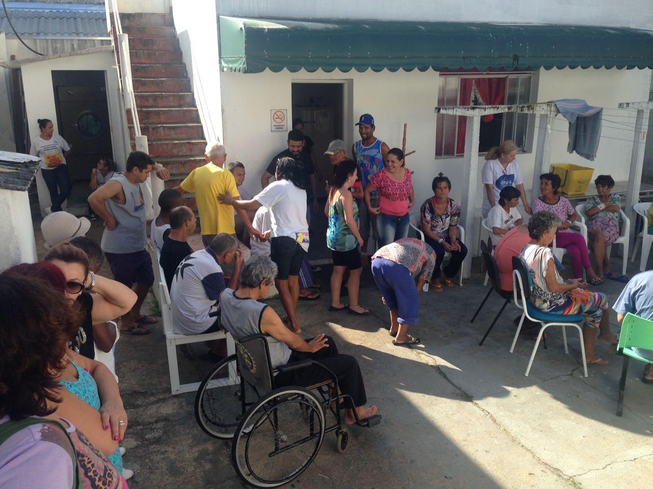 Photo of Voluntários ajudam pacientes retirados de asilo em Guaratuba