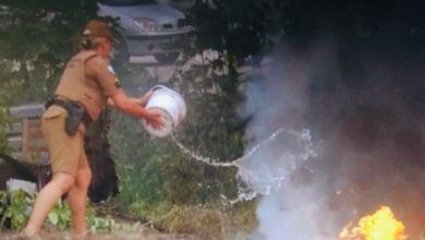 Photo of Dupla de policiais militares contém incêndio com baldinho