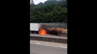 Photo of Caminhão pega fogo e é arrastado por outro na 376; o motorista morreu