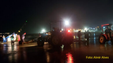 Photo of Pescadores precisam de tratores para puxar do mar 5 toneladas de peixes