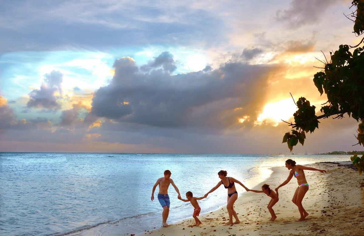 family_beach_holiday_joy_happy_cloud_travel_ocean-1373217.jpg!d