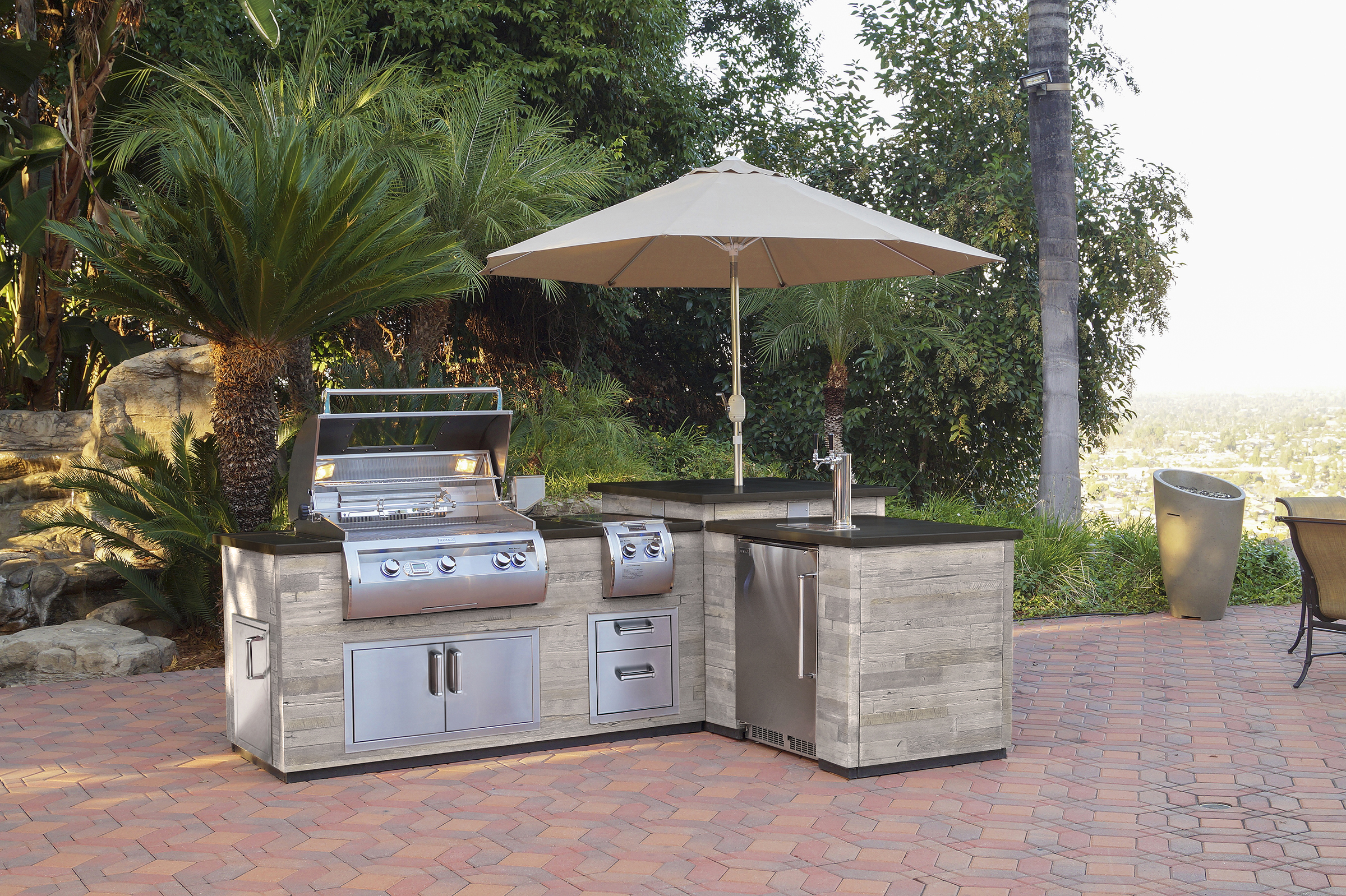 FM_DL660-SPK-116BA_SP Island Package with Kegerator, Lifestyle