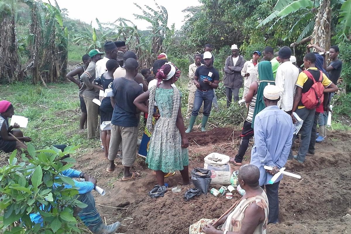 kari-jackson-giving-training-on-organic-vegetable-gardening-and-distributing-seeds-to-the-farmers