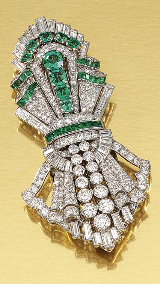 EMERALD AND DIAMOND DOUBLE CLIP BROOCH, 1930S.