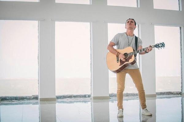 "Fonseca Premieres the Music Video ""Vine a Buscarte"""