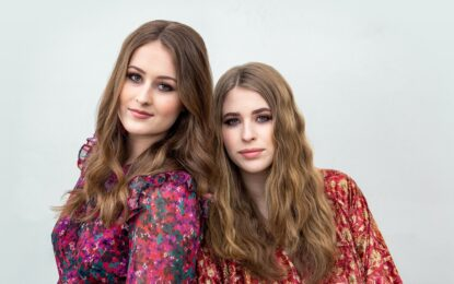 """Render Sisters estrena un nuevo video en vivo para su radiante versión del clásico exitoso de country de Hank Williams, """"I Can't Help It"""""""