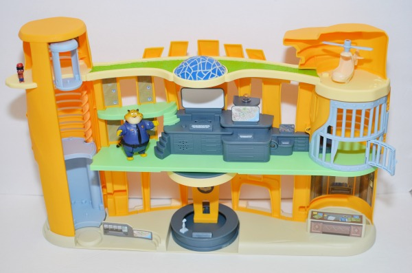 Calling all #Zootopia fans! You'll love recreating scenes from the film in this ZPD Police Station Playset. #review @TOMY_toy