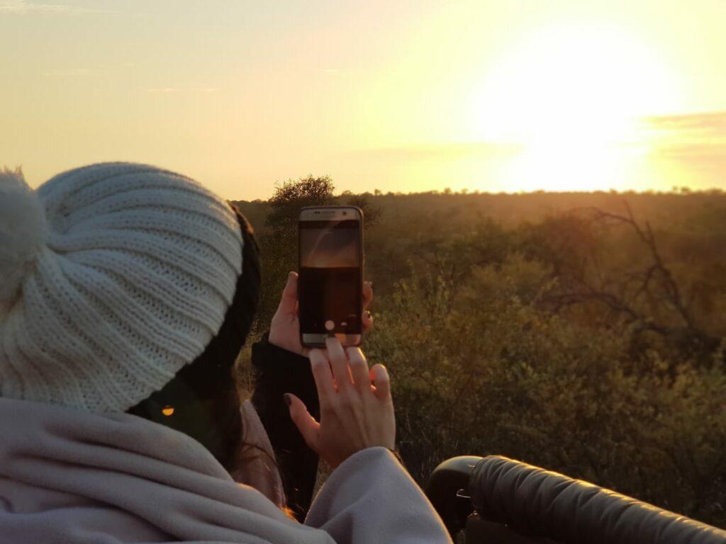 Mulher tirando foto da savana na África do Sul