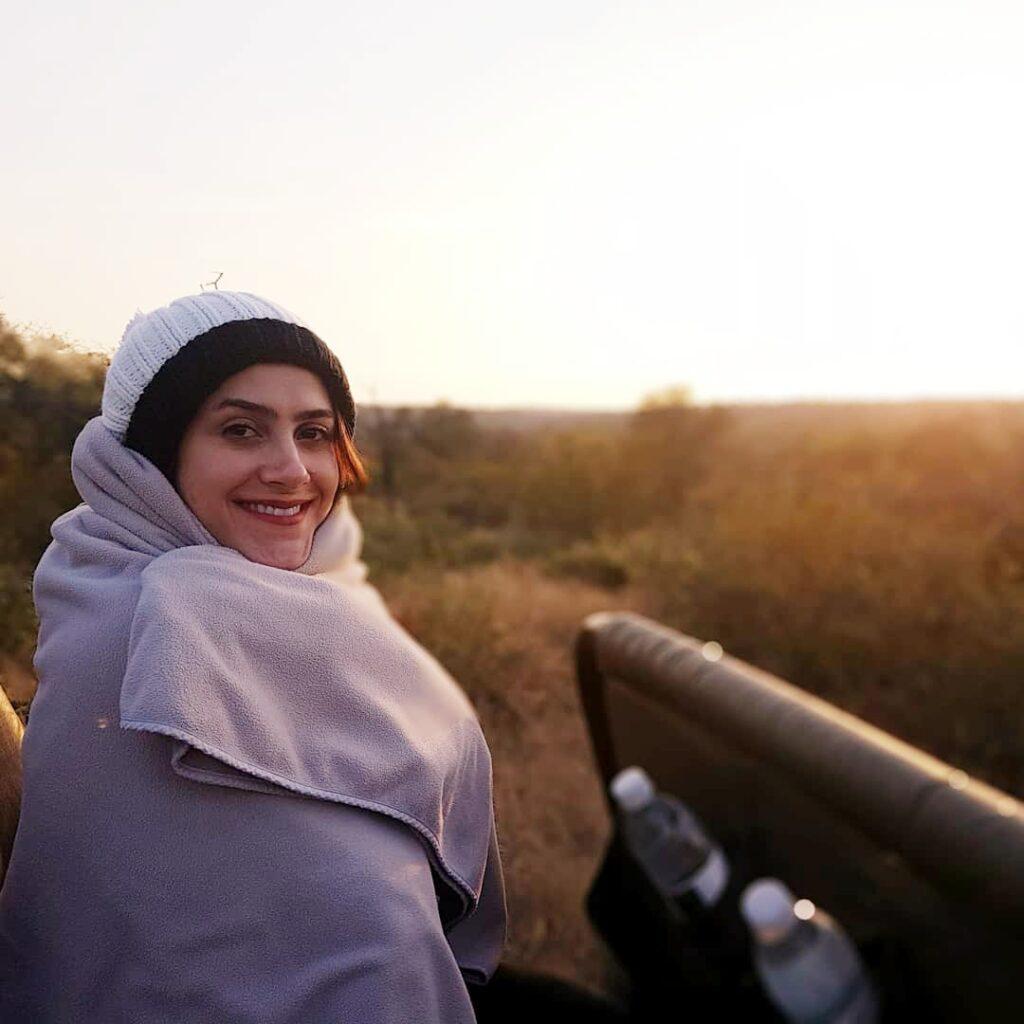Mulher sorrindo em nascer do sol de safári na África do Sul
