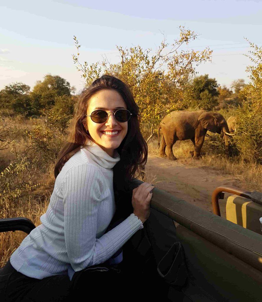 mulher em safari com elefante na áfrica