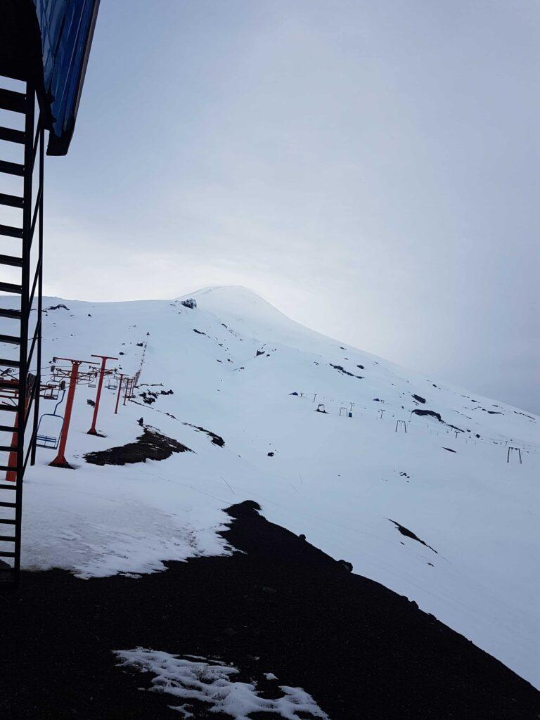 Vulcão repleto de neve no Chile