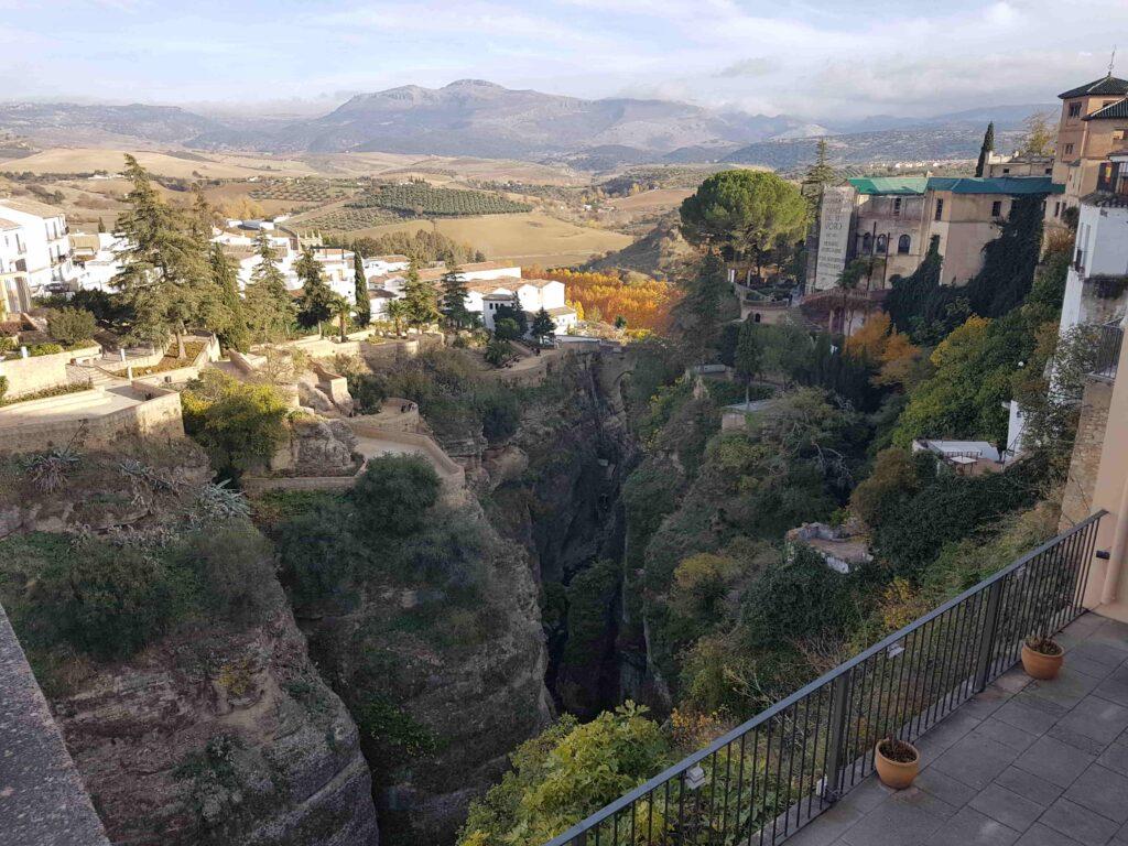 cidade que fica em um penhasco na Espanha