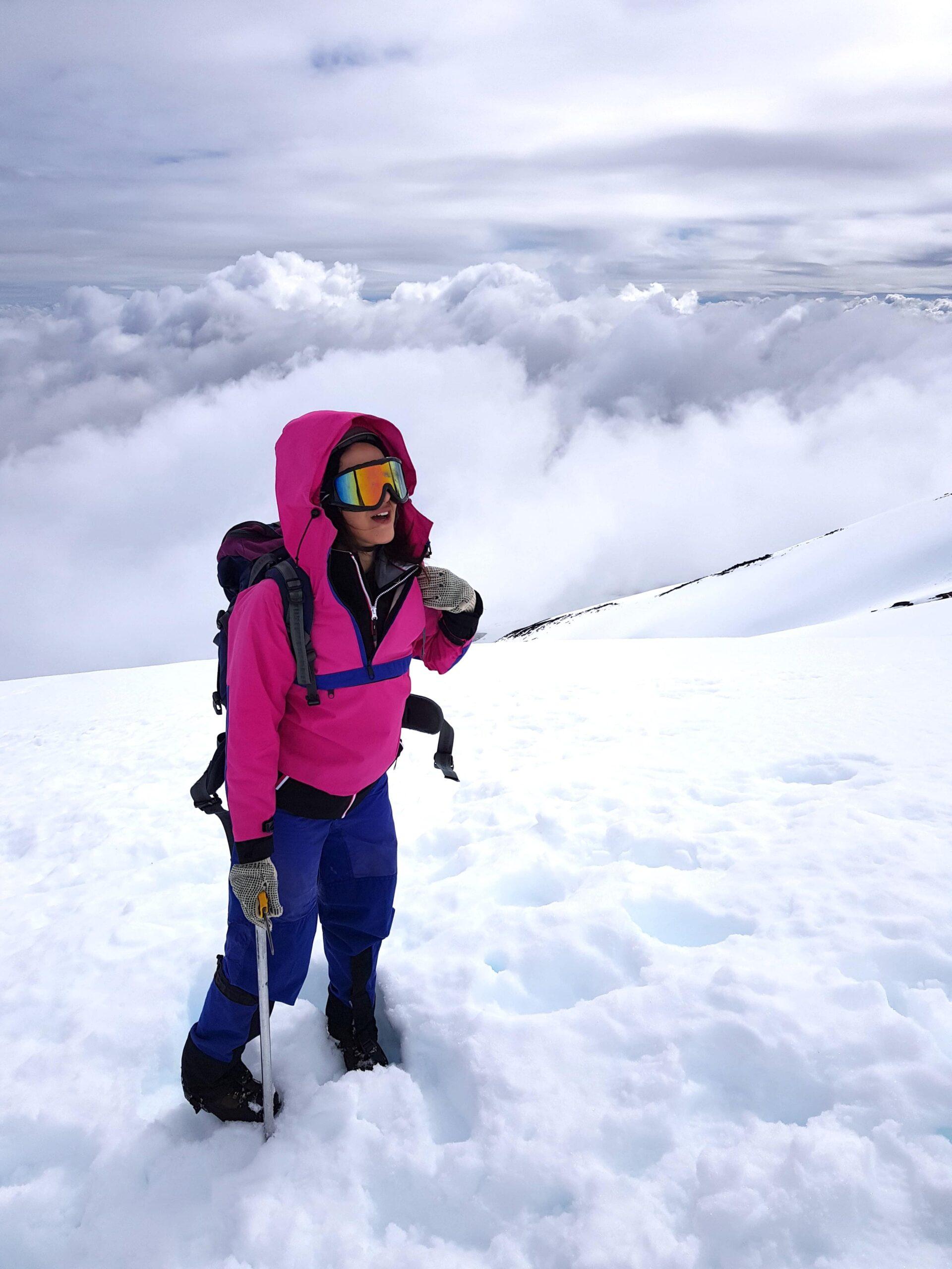 Mulher quase no topo de vulcão nevado no Chile