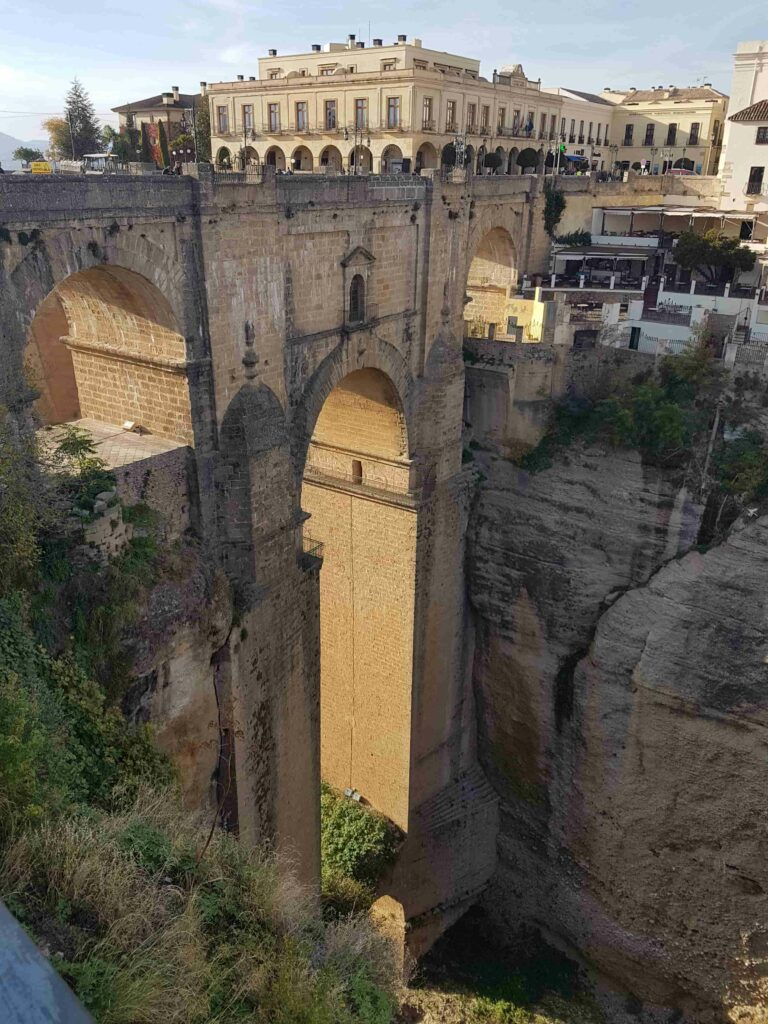 ponte antiga que fica entre dois paredões de pedra