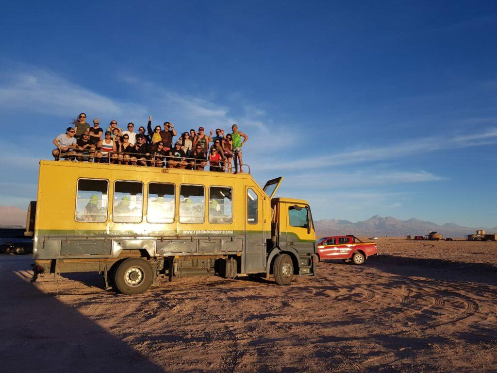 Caminhão cheio de pessoas no deserto