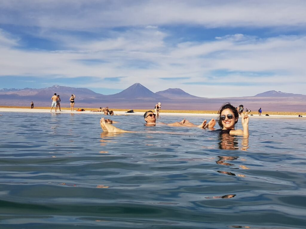 casal feliz flutuando na Laguna Cejar