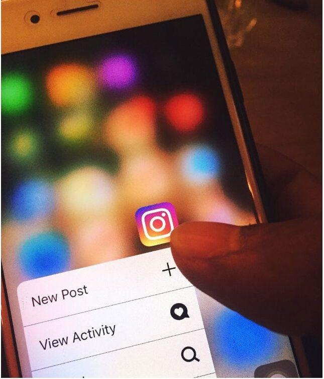 celular mostrando app do instagram