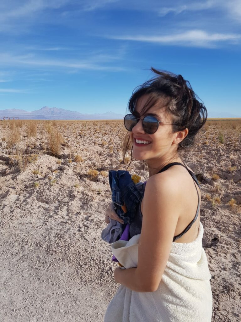 Moça sorrindo na Laguna Cejar