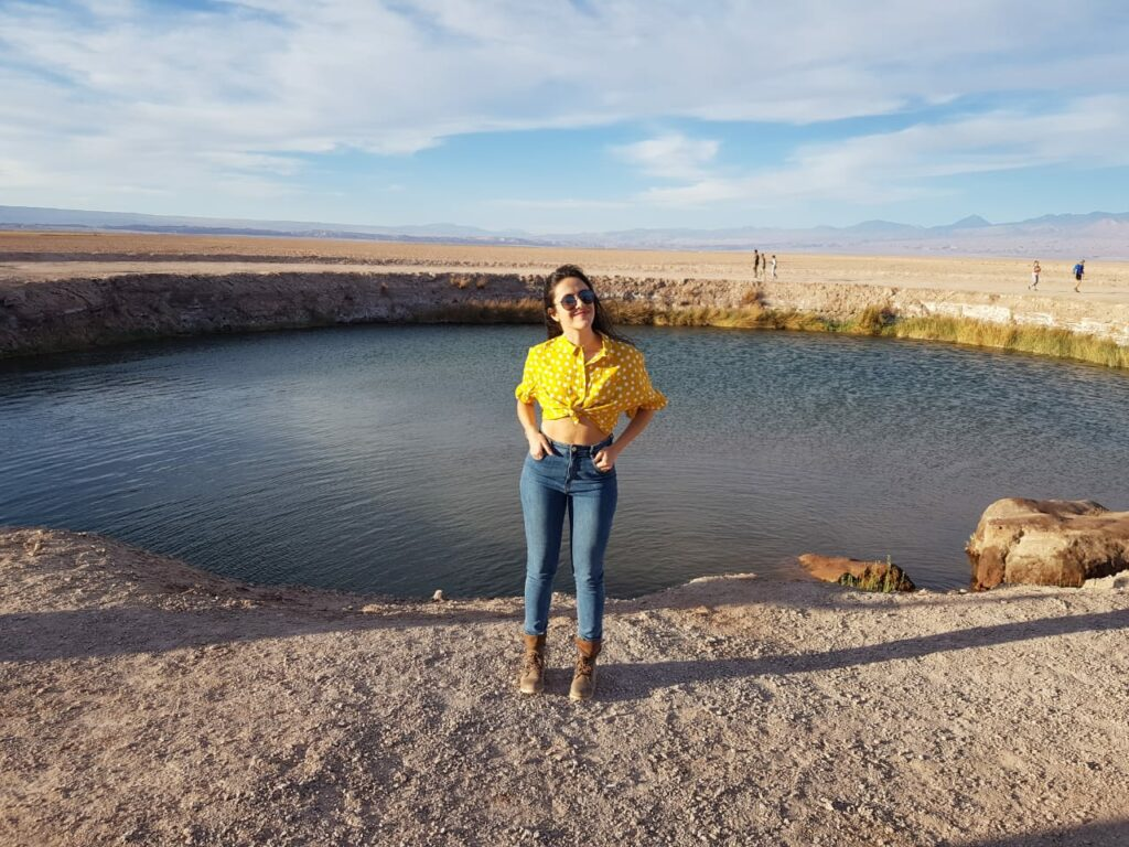 Mulher jovem perto de lagoa no deserto