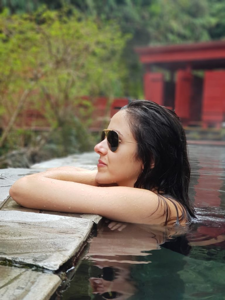 Perfil de rosto de mulher dentro de piscina natural de água quente