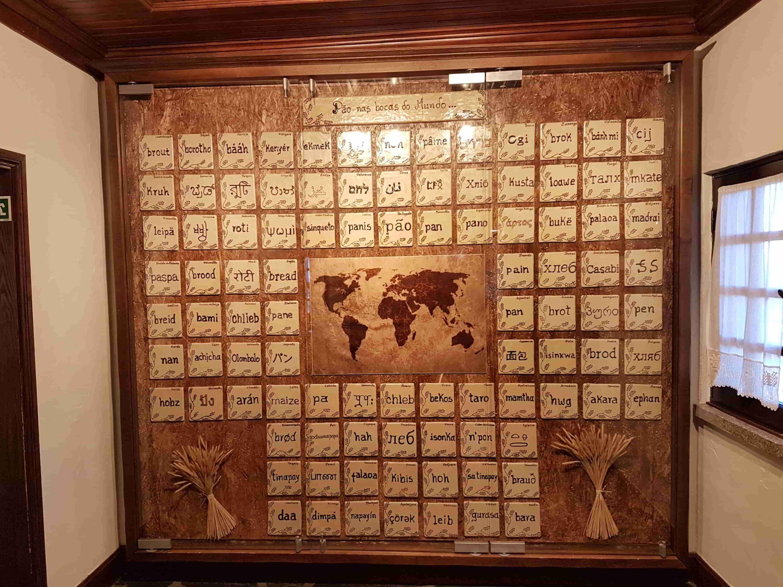 parede com a palavra pão escrita em várias línguas