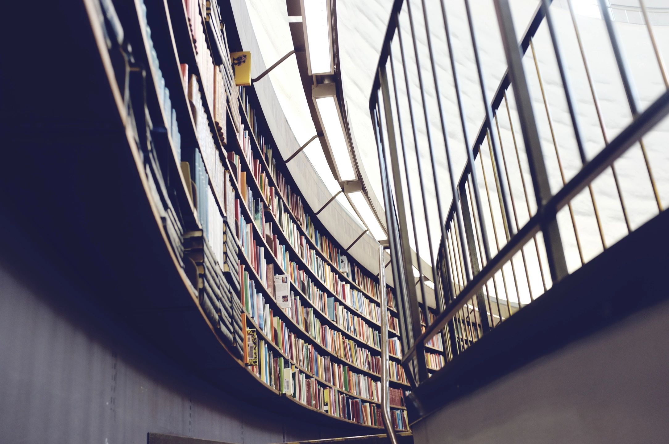 Estante com centenas de livros