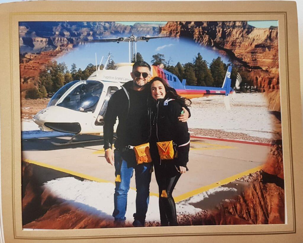 Casal em frente a helicóptero Grand Canyon